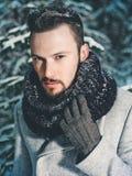 Homme bel à la mode dans le manteau d'hiver Photo stock