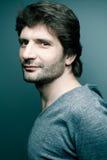Homme bel à la mode heureux dans le chandail gris Images libres de droits