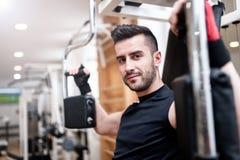 Homme bel établissant au gymnase, routine quotidienne d'exercice de coffre Images stock