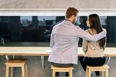 Homme bel étreignant une femme dans une barre Photos stock