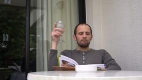 Homme bel appréciant un verre de bon vin avec la main d'inhis de magazine banque de vidéos
