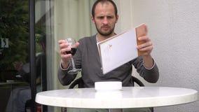 Homme bel appréciant un verre de bon vin avec la main d'inhis de magazine clips vidéos