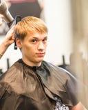 Homme bel au coiffeur photographie stock
