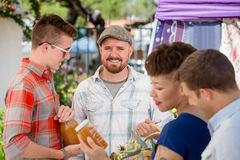 Homme bel avec Honey Vendor au marché d'agriculteurs Images libres de droits