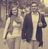 Homme bel avec l'amie dehors Photo libre de droits