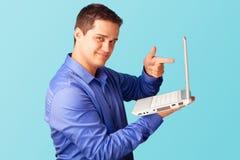 Homme bel avec l'ordinateur portatif Image libre de droits