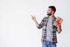 Homme bel avec la barbe avec la boîte actuelle se dirigeant à l'espace de copie Image stock