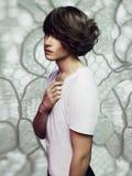 Homme bel avec la coupe de cheveux élégante Images stock