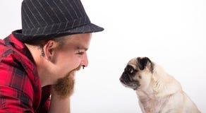 Homme bel avec le chien de roquet Photos stock