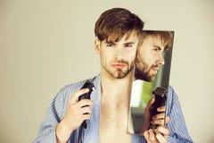 Homme bel avec le menton et la barbe de visage rasés par moitié photo libre de droits