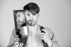 Homme bel avec le menton et la barbe de visage rasés par moitié images libres de droits