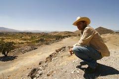 Homme bel avec un chapeau, observant au-dessus du cordon