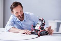 Homme bel avec une barbe utilisant le robot Image stock