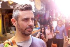 Homme bel avec une coiffure moderne photographie stock