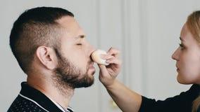 Homme bel barbu obtenant le maquillage banque de vidéos