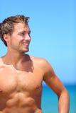 Homme bel bel sur le sourire de plage heureux Photographie stock libre de droits