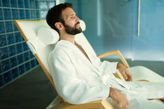 Homme bel détendant au centre de bien-être images stock
