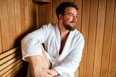 Homme bel détendant dans le sauna images stock