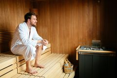 Homme bel détendant dans le sauna image stock
