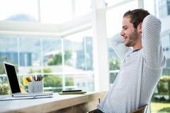 Homme bel détendant sur sa chaise de bureau photo libre de droits