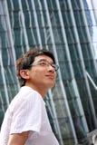 Homme bel d'affaires à l'immeuble de bureaux Image stock