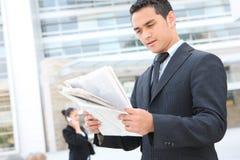 Homme bel d'affaires à l'immeuble de bureaux Photos stock