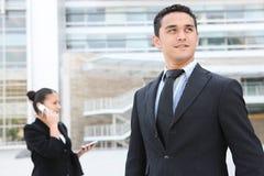 Homme bel d'affaires à l'immeuble de bureaux Images libres de droits