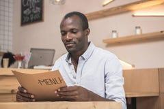 homme bel d'afro-américain dans le regard de café image libre de droits