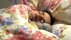 Homme bel d'amoureux dormant avec le jouet de peluche, solitude spinless sensible de tendresse, caractère mou banque de vidéos
