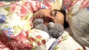 Homme bel d'amoureux dormant avec le jouet de peluche, solitude spinless sensible de tendresse, caract?re mou banque de vidéos