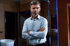 Homme bel dans des vêtements de mode dans l'intérieur de luxe Homme d'affaires Photos stock