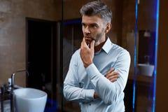 Homme bel dans des vêtements de mode dans l'intérieur de luxe Homme d'affaires Photo stock