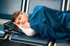 Homme bel dans l'aéroport Photo stock