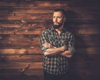 Homme bel dans l'intérieur rural en bois de maison photos stock