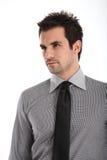 Homme bel dans la chemise et la relation étroite Image libre de droits