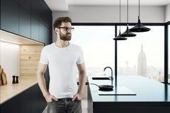 Homme bel dans la cuisine Photos stock