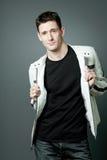Homme bel dans la jupe en cuir blanche. photographie stock libre de droits