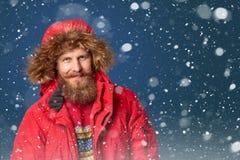 Homme bel dans la neige d'hiver Photo stock