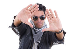 Homme bel dans la veste en cuir avec des lunettes de soleil utilisant l'écharpe Photos libres de droits