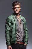 Homme bel dans la veste en cuir regardant loin Photos libres de droits