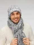 Homme bel dans le chandail, le chapeau et l'écharpe chauds photographie stock
