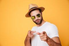 Homme bel dans le chapeau d'été regardant l'appareil-photo Images libres de droits