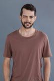 Homme bel dans le T-shirt brun images stock