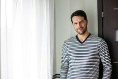 Homme bel dans les pajams à côté de la fenêtre Image stock
