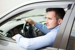 Homme bel dans sa nouvelle voiture Image stock