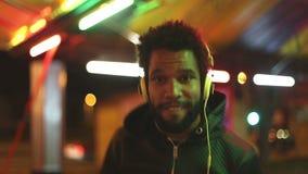 Homme bel dansant au rythme de la musique avec des écouteurs banque de vidéos