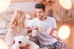 Homme bel de brune ayant le thé avec son amie Image stock
