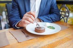 Homme bel de brune dans le café sur le fond naturel Image libre de droits
