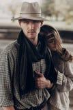 Homme bel de cowboy avec un chapeau blanc et une écharpe noire dans stylets Photo libre de droits