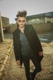 Homme bel de mode posant près des usines Image libre de droits